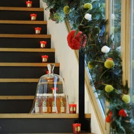 amazing christmas candles and decorations with them 20 20+ Ιδέες Χριστουγεννιάτικης διακόσμησης με κεριά & κηροπήγια
