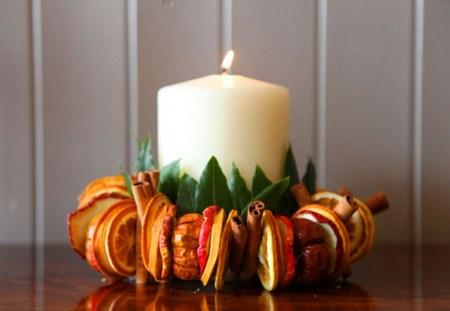 amazing christmas candles and decorations with them 21 20+ Ιδέες Χριστουγεννιάτικης διακόσμησης με κεριά & κηροπήγια