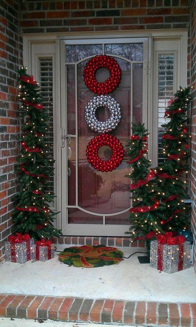 stunning-christmas-front-door-decor-ideas-32