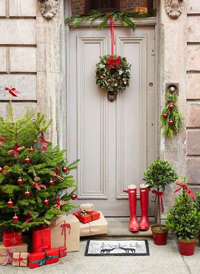stunning-christmas-front-door-decor-ideas-15