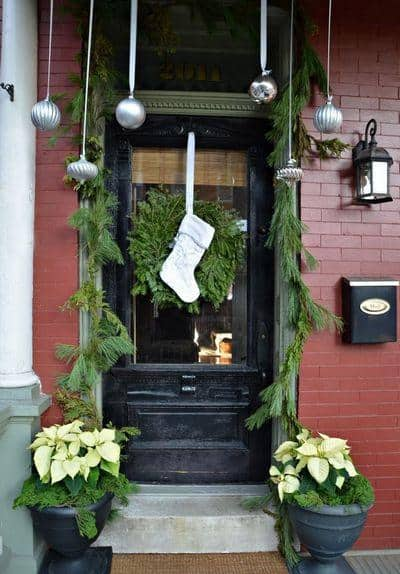 stunning-christmas-front-door-decor-ideas-40