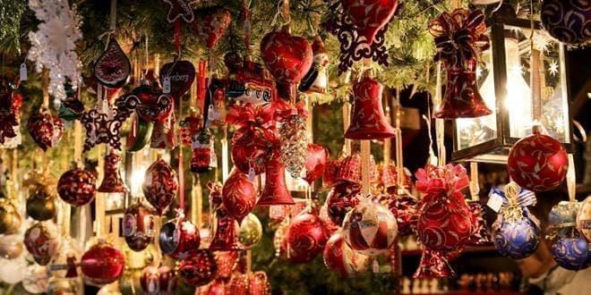 Κόκκινα κρεμασμένα χριστουγεννιάτικα στολίδια σε εμπορικό κατάστημα - Το εορταστικό ωράριο των γιορτών των Χριστουγέννων